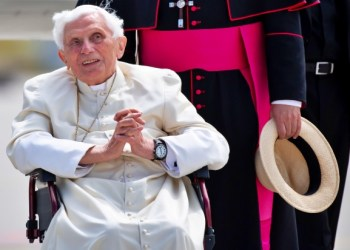 """(FILES) This file photo taken on June 22, 2020 shows former pope Benedict XVI posing for a picture at the airport in Munich, southern Germany, after visiting his brother and before his departure. - Former pope Benedict XVI became seriously ill himself after visiting his sick brother in Germany in June and is """"extremely frail"""", according to a report in the Monday, August 3, 2020 edition of the German Passauer Neue Presse newspaper. (Photo by Sven Hoppe / POOL / AFP)"""