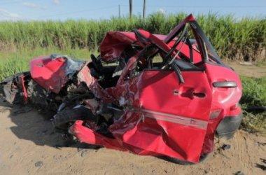 Condutor de carro morre e esposa ferida em acidente na estrada que dá acesso à Porto de Galinhas