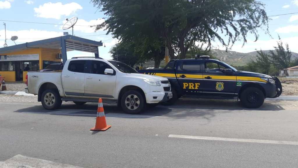 Homens são detidos com caminhonete de luxo roubada após atirarem na polícia na BR 232, em Sertânia