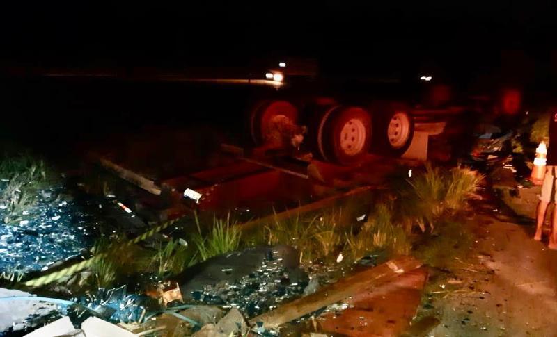 Acidente: caminhão carregado de vidro capota e deixa duas pessoas feridas
