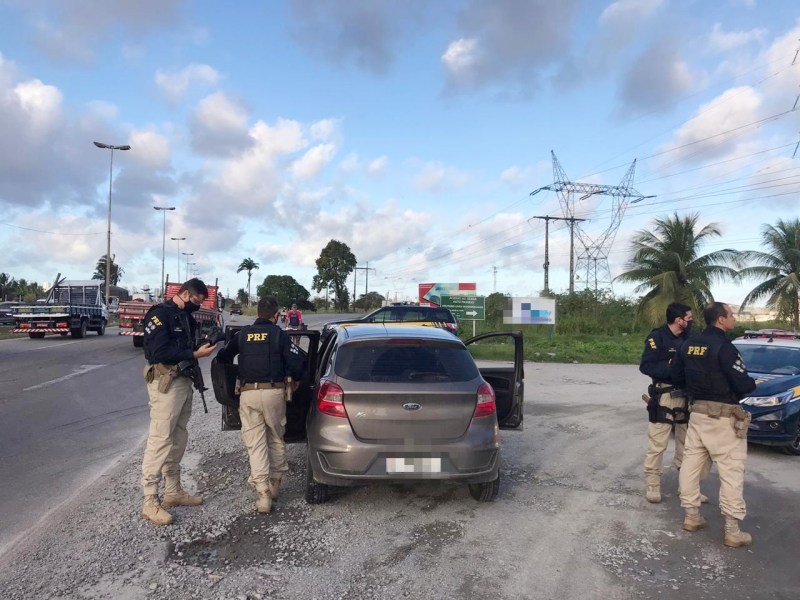 Homens são detidos com carro levado de locadora e cheques roubados no Curado