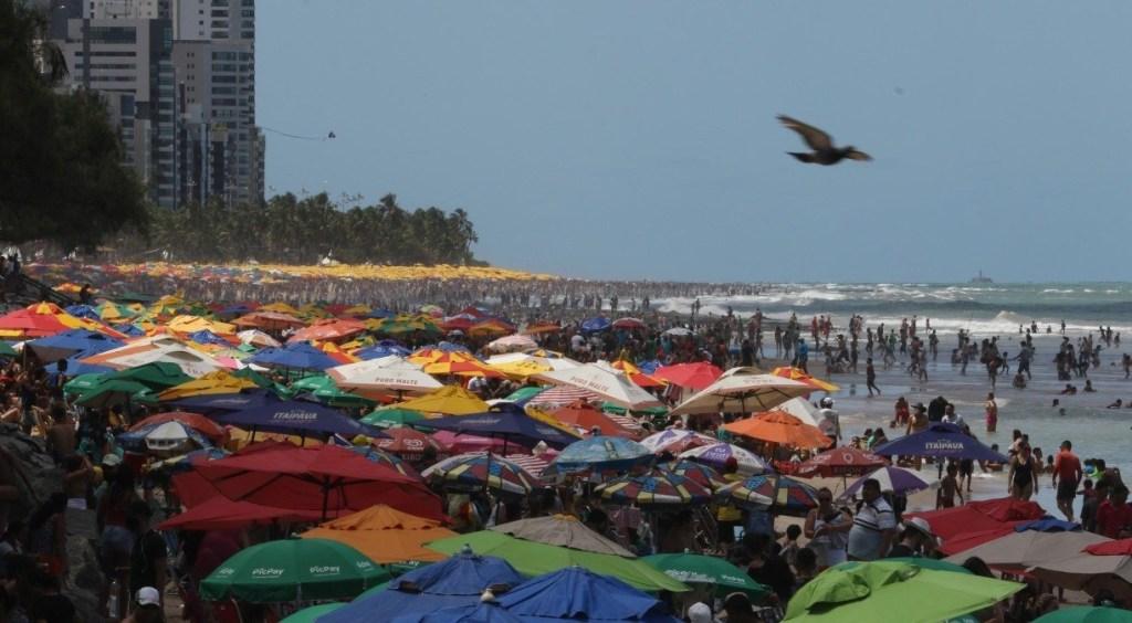 Recife: Praia de Boa Viagem lotada no feriado