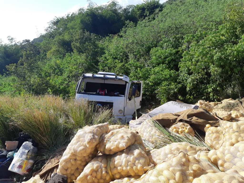 Caminhão carregado de batatas, tomba na BR-232; motorista fica ferido