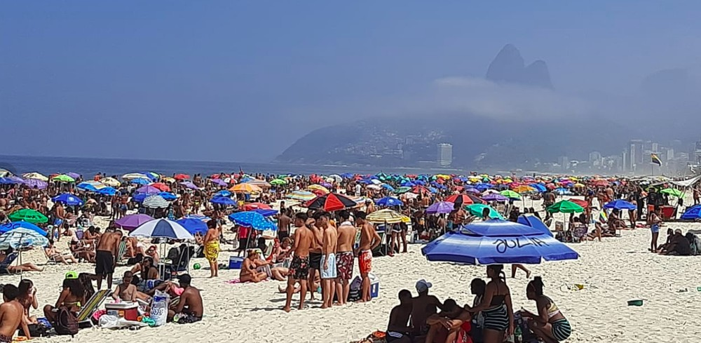 Cariocas invadem praias do Rio de Janeiro em plena pandemia