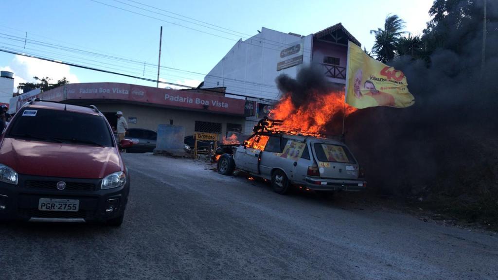 Carro é destruído por incêndio no centro de Gravatá; entenda o que pode ter ocorrido