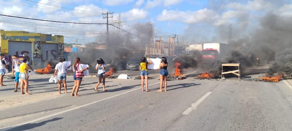 BR-232 interditada durante protesto de moradores após morte de adolescente