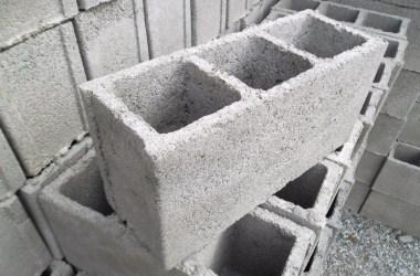 Rapaz mata homem com golpes de bloco de cimento