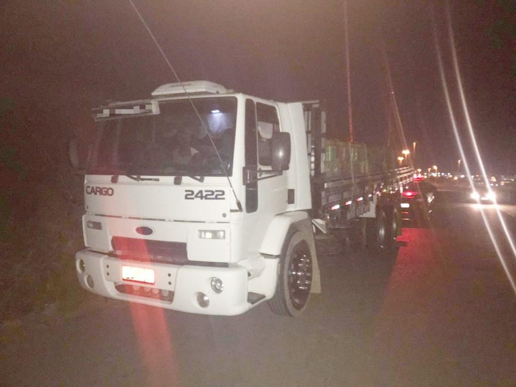 Agricultores são flagrados na carroceria de caminhão em Caruaru