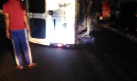 Veículo colide em poste e deixa parte de Paudalho sem energia