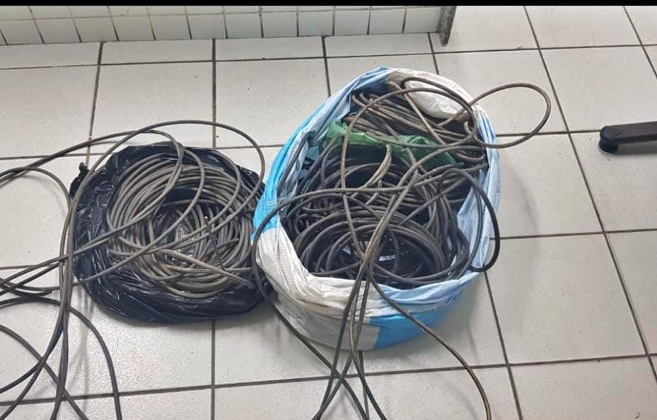 Homem preso pela Polícia Militar suspeito de furtar fios dos postes da orla de Olinda