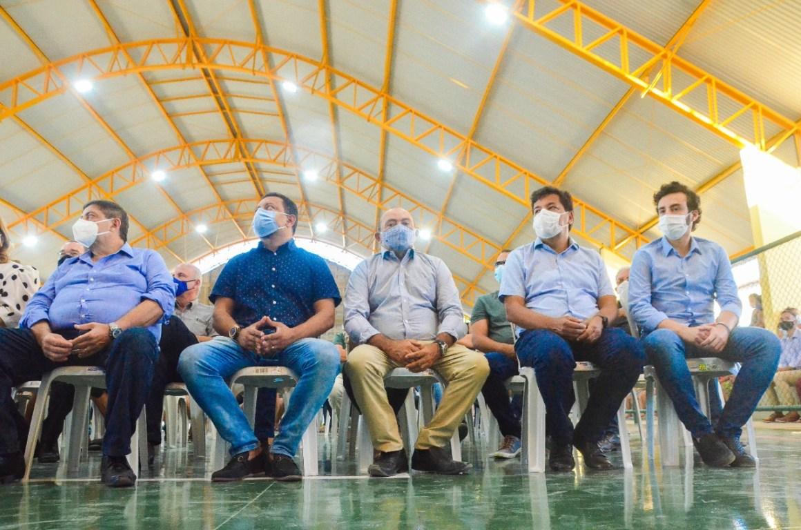 Joaquim Neto entrega quadra poliesportiva para moradores de Russinhas