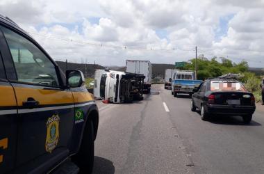 Motorista de caminhão tenta fugir de assalto e acaba tombando veículo na BR-232