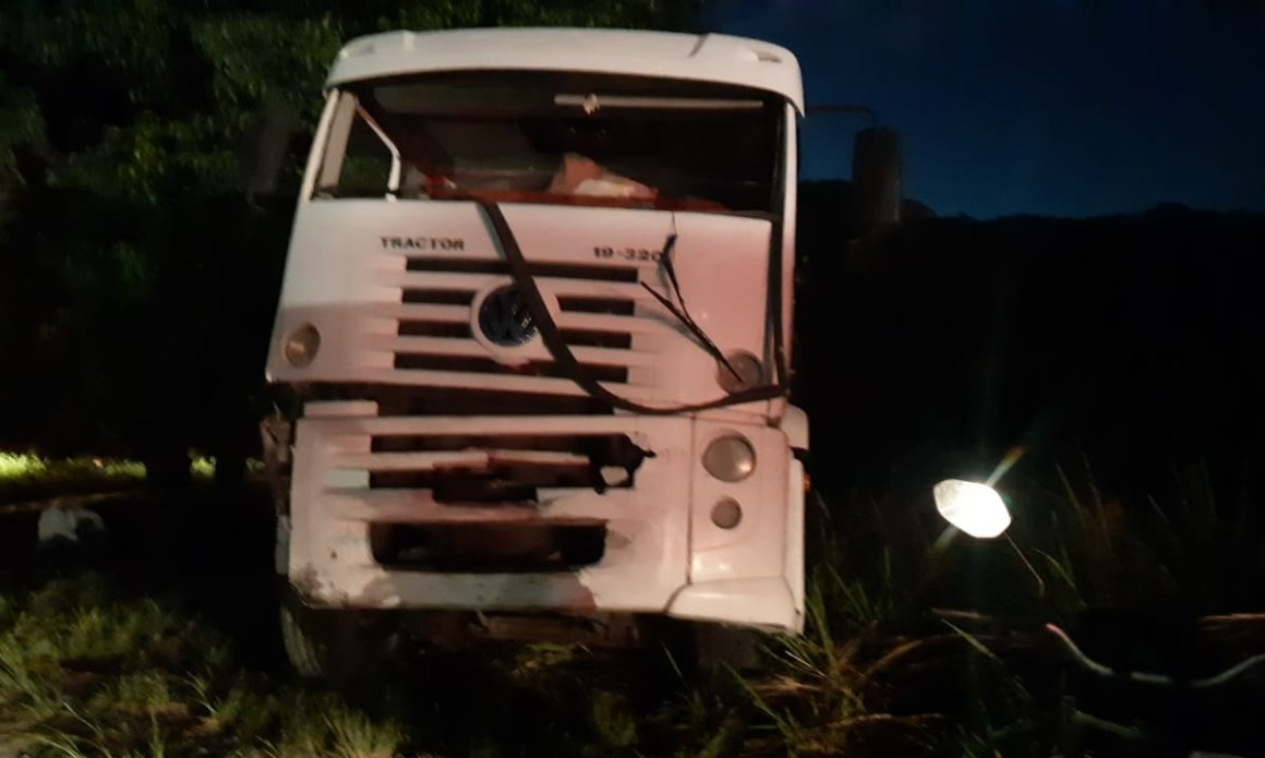 Caminhão invade contramão e mata motorista de carro de luxo