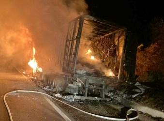 Carreta pega fogo e destrói carga na BR-232; comerciantes se desesperam