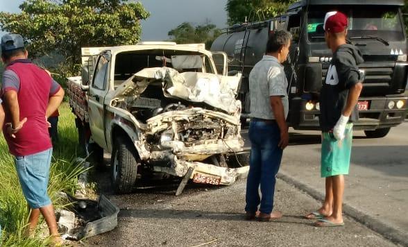 Carro pega fogo após colisão na BR-104 entre Caruaru e Agrestina