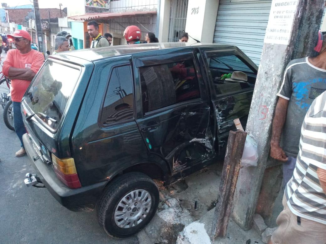 Gravatá: com falha nos freios, carro bate em casa na rua Amauri de Medeiros