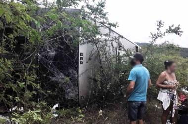 Ônibus com sulanqueiros tomba na BR-423 deixando saldo de um  morto e 16 feridos