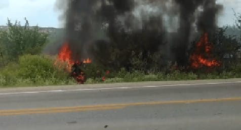 Grave acidente é registrado na BR-428 em Petrolina (PE); Carreta pega fogo e uma pessoa morreu