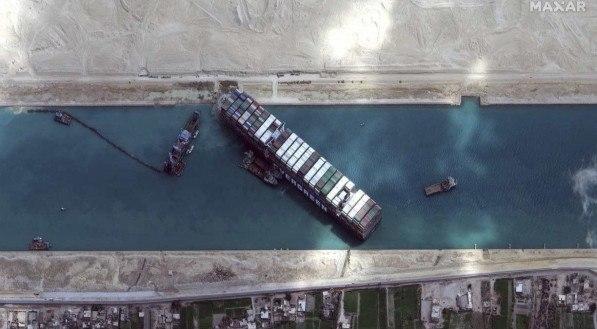 Após uma semana encalhado, navio gigante desencalha no Canal de Suez