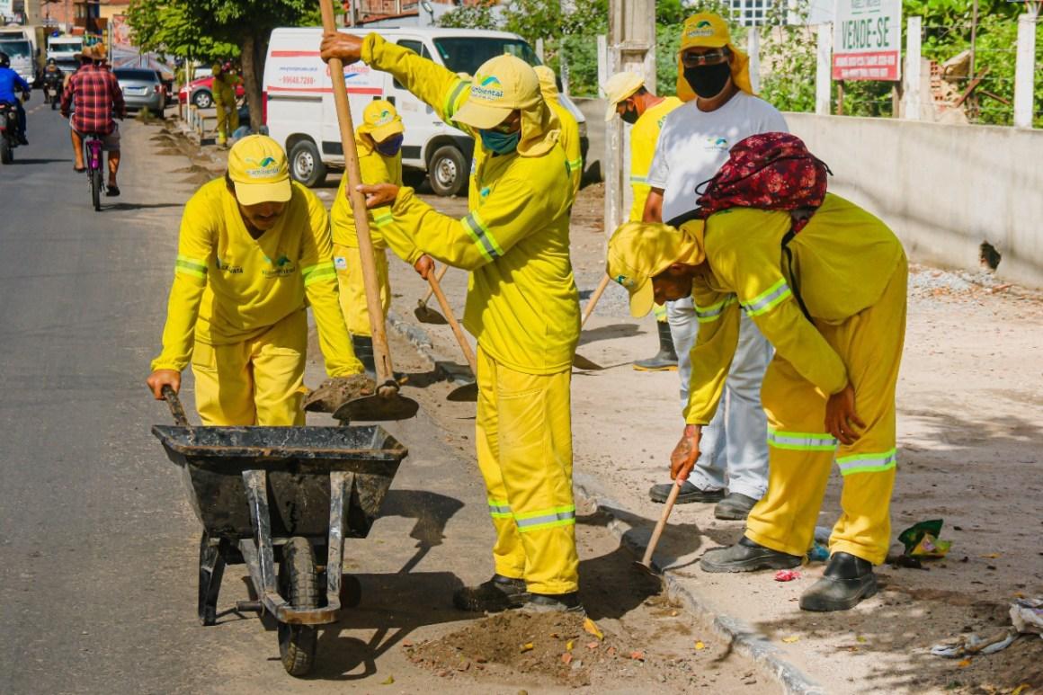 Mutirão de limpeza é realizado na Rua XV de Novembro e serviços continuam nas ruas do bairro Nossa Senhora das Graças