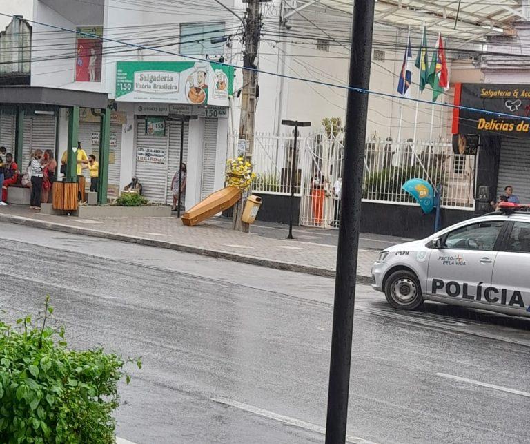 Contra quarentena, manifestantes deixam caixão na frente da Câmara de Vereadores de Caruaru