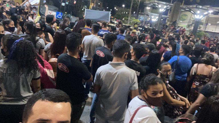 Com muita aglomeração, trabalhadores realizam protesto no Centro de Caruaru