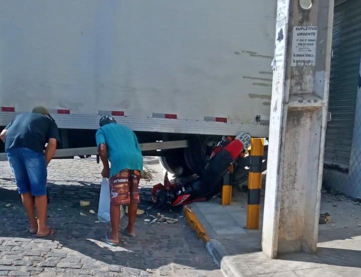 Gravatá: após falha em freios, caminhão baú destrói moto no centro