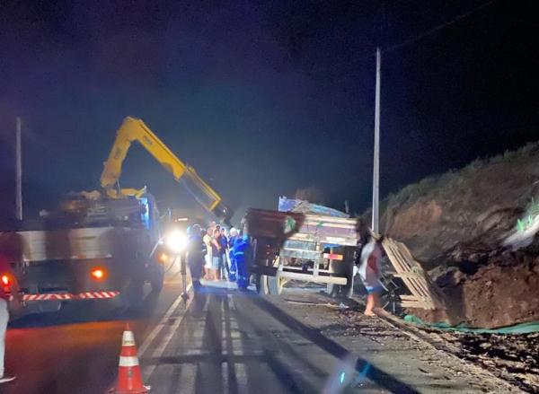 Caminhão capota em acidente na PE-063 entre Amaraji e Primavera