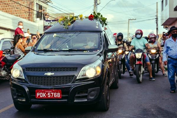 Padre herói: o adeus de Padre Fernando foi marcado por lágrimas, choro e dor em Gravatá