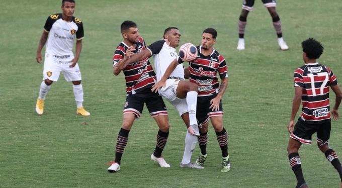 Jogos de futebol profissional estão mantidos em Pernambuco; jogos amadores estão proibidos