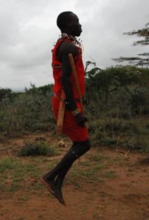 Masaj, ubrany w kilka szuk (czerwonych kawałków tkanin przewieszonych przez ramię). (Fot. Edyta Kijewska)