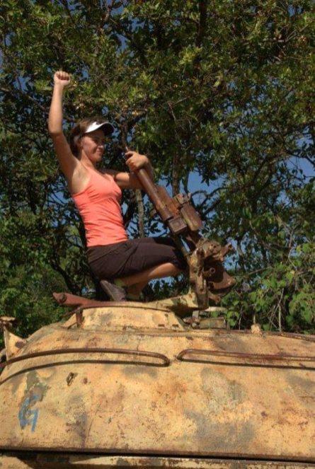 Kawałek dalej przy drodze spotkaliśmy elegancki czołg, prawdopodobnie produkcji radzieckiej... (Fot. Edyta Kijewska)