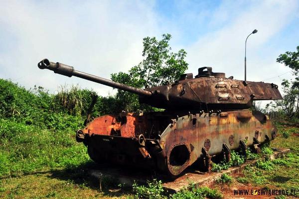 W bazie Khe Sahn można podziwiać okazy porzucone przez amerykańskie wojska. (loswiaheros.pl)