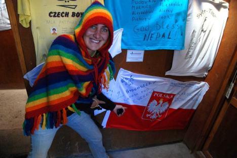 Karolina i pamiątkowa flaga zostawiona w lodge w Gorak Shep.