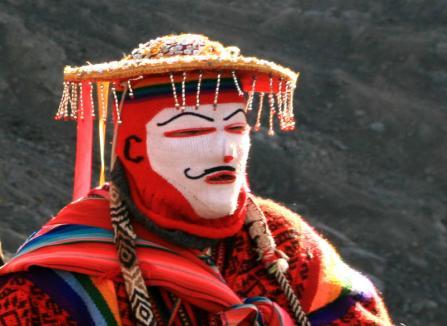 Wełniane maski są na standardowym wyposażeniu wielu pielgrzymów i tancerzy przybywających na Qoyllur Rit'i. (Fot. Kuba Fedorowicz)