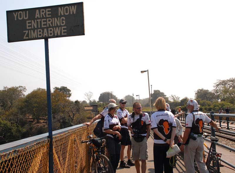 Spotkanie na moście granicznym. Po jednej stronie Zambia, po drugiej - Zimbabwe. (afrykanowaka.pl)