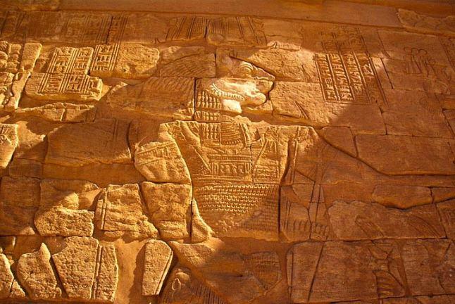 Płaskorzeżba na ścianie tzw. Świątyni Lwa w Musawwarat es-Sufra wyobrażająca Apademaka, głównego, po Amonie, boga w panteonie Meroitów. (Fot. Marcin S. Sadurski)