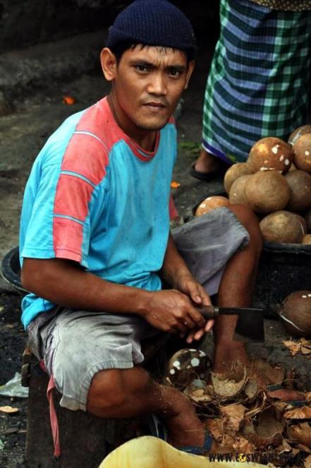 Mieszkaniec slumsów w Dżakarcie. (loswiaheros.pl)
