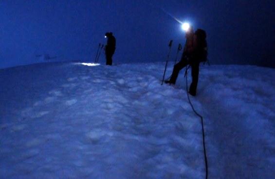 Grań lodowca Gouter podczas ataku szczytowego w nocy. (Fot. Wiktor Rozmus)