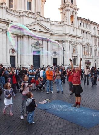 Wieczorne przedstawienie na Piazza Navona.