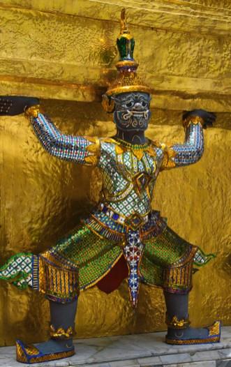 Jedna z postaci podtrzymujących ściany pagody w kompleksie Wat Phra Kaew (czyli w Świątyni Szmaragdowego Buddy). (Fot. Kasia Boni)