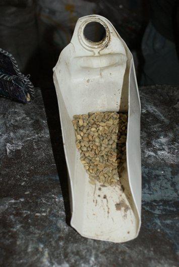 Na etiopskim targu o wiele łatwiej jest kupić surowe ziarenka kawy, niż uprażone! (Fot. Emilia Wojciechowska)