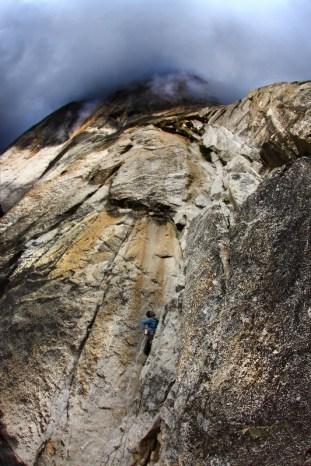 Podczas wieczornego pokazu Jasiek opowiadał o wyprawie na El Capitan. Wraz z Andrzejem Szczęsnym, narciarzem bez nogi, udowodnili, że nie ręce i nogi decydują o sile, ale głowa. (Fot. Archiwum Jaśka Meli)