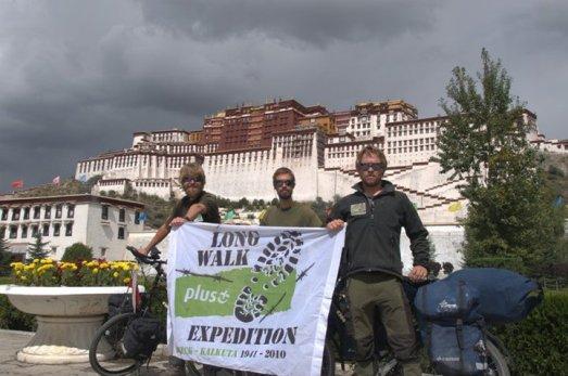 Bartek, Filip i Tomek w Lhasie (Fot. z archiwum wyprawy)
