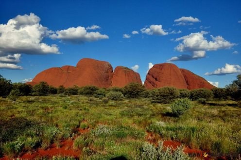 """Ten Park Narodowy to nie tylko Uluru (Ayers Rock), ale i zbiór podobnych """"kamieni"""" o nazwie Olgas (Kata Tjuta)."""