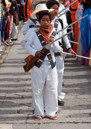 San Cristobal de las Casas. Młodzi chłopcy przebrani w wojskowe mundury z czasów rewolucji meksykańskiej. (Fot. Marcin Kruczyk)