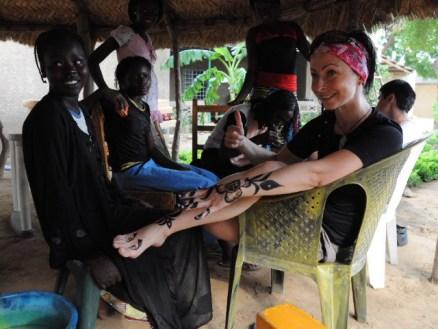 Mała dziewczynka namalowała nam piękne wzory henną na rękach i nogach. (Fot. www.afrykanowaka.pl)