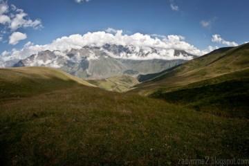 10. GRUZJA, Kazbek. Nad Kazbegi czyste niebo, góry w chmurach. (fot. Michał Popławski)