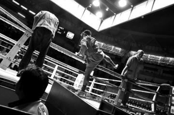 Ceremonia Wai Kru przed walka muay thai.