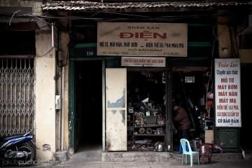 1. WIETNAM, Hanoi. Jeden z wielu ponurych warsztatów prowadzonych przez wiekowych rzemieślników. (Fot. Jakub Puchalski)